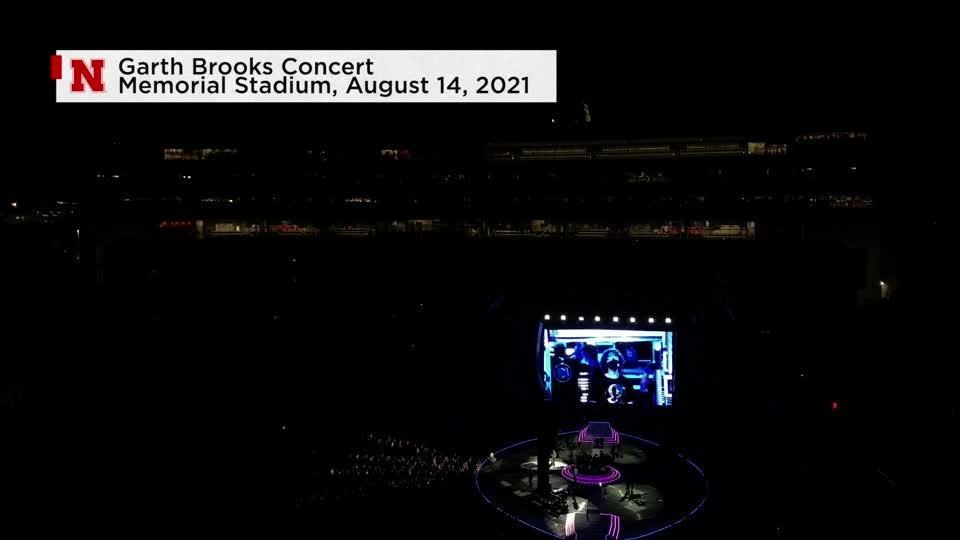 Garth Brooks Recognizes Student During Concert